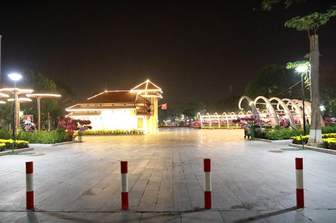 Dải vườn hoa trung tâm thành phố vẫn tiếp tục đóng cửa, chưa cho phép người dân ra vui chơi. Ảnh: Giang Chinh
