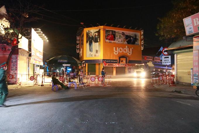 Chốt kiểm soát dịch covid-19 liên ngành của thành phố Hải Phòng trên quốc lộ 39B giáp ranh với huyện Tứ Kỳ (Hải Dương) vẫn duy trì hoạt động, kiểm soát người và phương tiện qua lại. Ảnh: Giang Chinh
