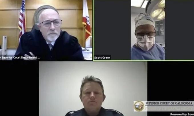 Bác sĩ Scott Green (trên cùng bên phải) trong phiên tòa trực tuyến ngày 25/2. Ảnh: AP.