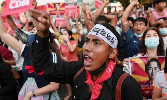 Người biểu tình đòi thả bà Aung San Suu Kyi ở thành phố Yangon hôm 15/2. Ảnh: Reuters.