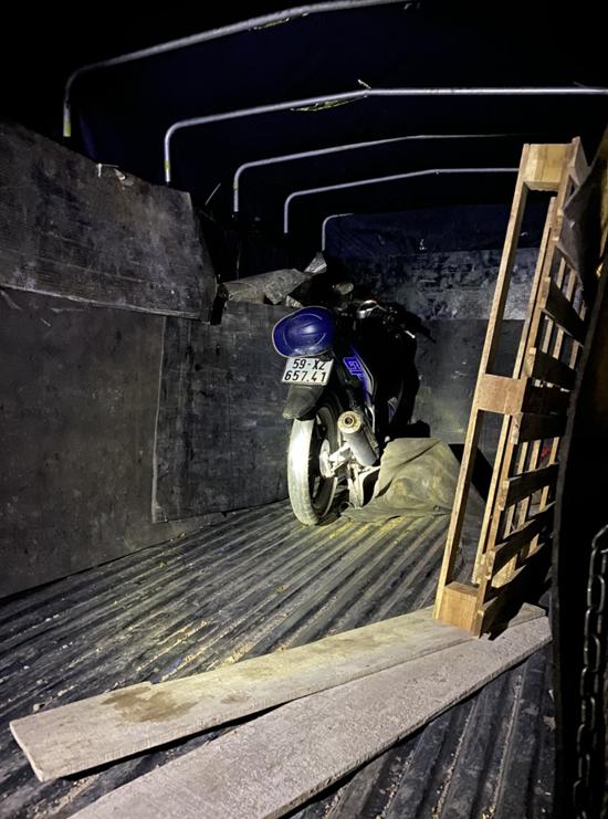 Xe máy trên ô tô tải nhóm Duy chở theo làm phương tiện đi cướp giật. Ảnh: Hồ Nam.