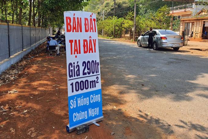 Khu vực xã An Khương nhiều nơi vẫn rao bán đất chiều 28/2. Ảnh: Phước Tuấn