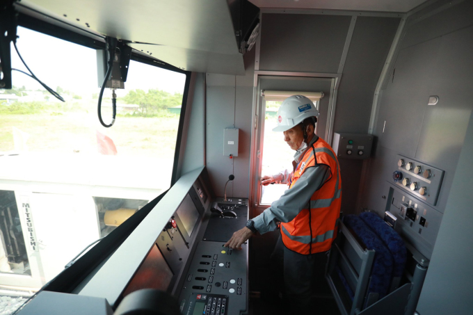Kỹ sư kiểm tra khoang lái tàu tuyến Metro Số 1 hồi tháng 10/2020. Ảnh: Hữu Khoa.