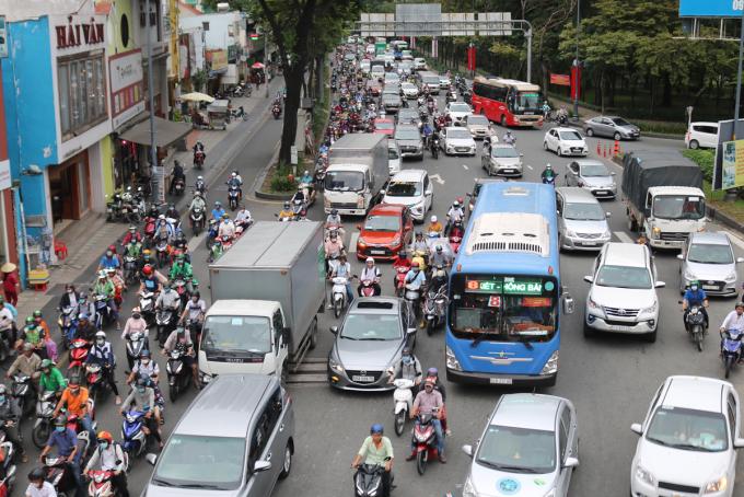 Xe chạy trên đường Trần Quốc Hoàn, đoạn qua vòng xoay Lăng Cha Cả - cửa ngõ ra vào sân bay Tân Sơn Nhất, tháng 10/2020. Ảnh: Gia Minh.