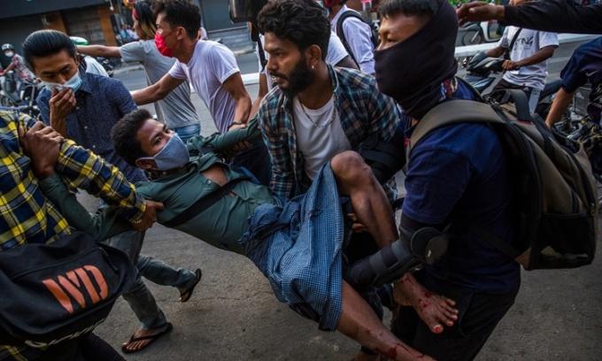 Một người biểu tình tại Mandalay bị thương ở chân sau khi trúng đạn của cảnh sát ngày 28/2. Ảnh: NYTimes.