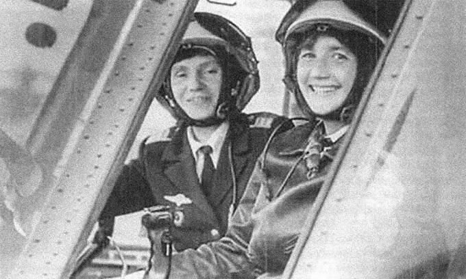 Galina Rastorgueva (phải) và Ludmila Polyanskaya.(trái) trên trực thăng Mi-24. Ảnh: RBTH.