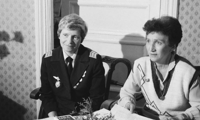 Ludmila Polyanskaya (trái) và Ludmila Polyanskaya.(phải) trong một cuộc phỏng vấn với hãng thông tấn TASS năm 1992. Ảnh: TASS.