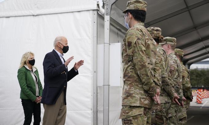 Tổng thống Biden  nói chuyện với lính Mỹ tại một trung tâm tiêm chủng ở Houston, Texas hôm 26/2. Ảnh: AP.