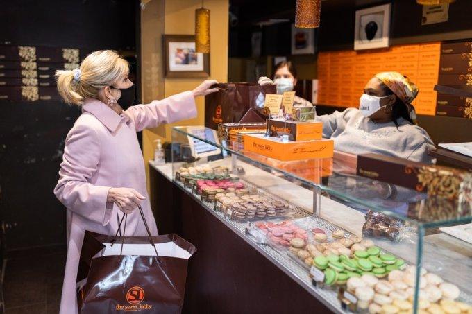 Jill Biden (trái) mua bánh tại tiệm Sweet Lobby ở Washington ngày 12/2. Ảnh: Twitter/Flotus.