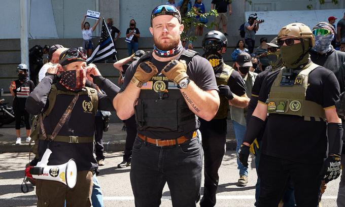 Ethan Nordean (giữa), lãnh đạo của Proud Boys, tại cuộc vận động ở Portland, Oregon tháng 8/2020. Ảnh: WWeek.