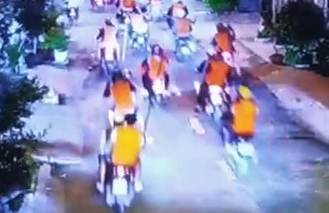 Nhóm áo cam mang hung khi đi trên đường. Ảnh: Camera an ninh.