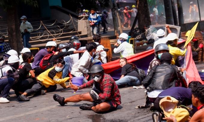 Người biểu tình nằm xuống đất khi cảnh sát nổ súng ngày 3/3. Ảnh: Reuters.