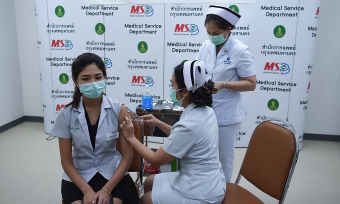 Một điểm tiêm vaccine Covid-19 ở Bangkok, Thái Lan, hôm 1/3. Ảnh: Zuma Press.