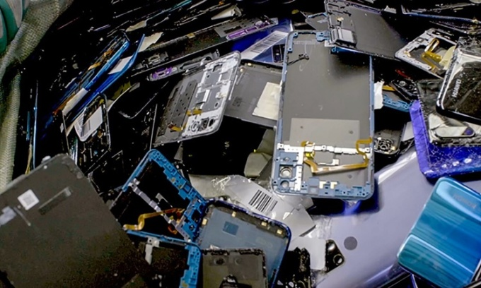 Những chiếc điện thoại thông minh được phân tách thành các bộ phận để tái chế. Ảnh: SCMP.