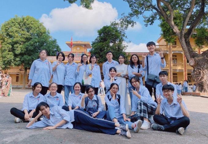 Trường Huy (bên phải, hàng thứ 2) và các thành viên CLB tranh biện. Ảnh: Nhân vật cung cấp