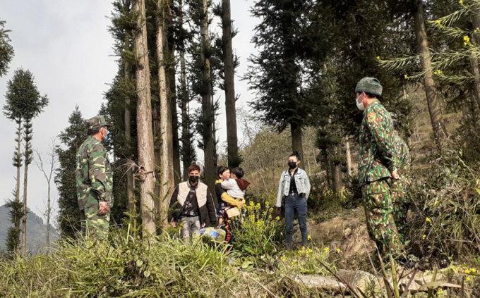 Nhóm công dân được cứu nạn đến từ nhiều tỉnh thành Sóc Trăng, Bắc Kạn, Thái Nguyên. Ảnh: Đồn BP Lũng Cú
