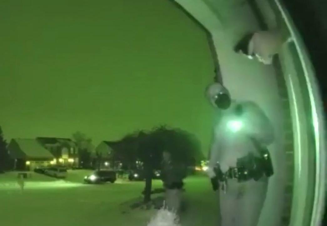 Phản xạ né đường đạn của  nữ cảnh sát