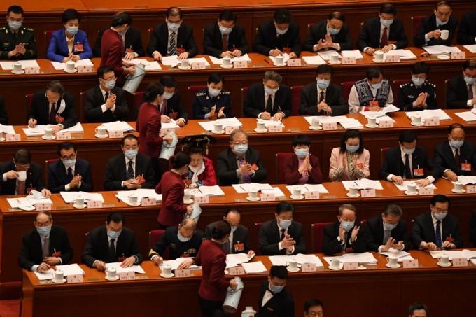 Nhân viên Đại lễ đường nhân dân Bắc Kinh phục vụ trà cho đại biểu họp quốc hội hôm 5/3. Ảnh: AFP