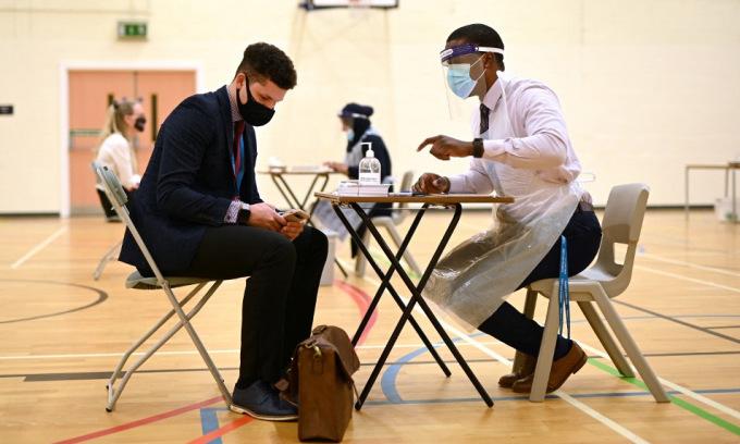 Giáo viên chờ lấy mẫu xét nghiệm nCoV tại Anh hôm 4/3. Ảnh: AFP.