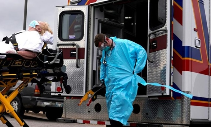 Nhân viên y tế di chuyển một bệnh nhân nghi nhiễm Covid-19 ở Oklahoma, Mỹ, hồi tháng 4 năm ngoái. Ảnh: Reuters.