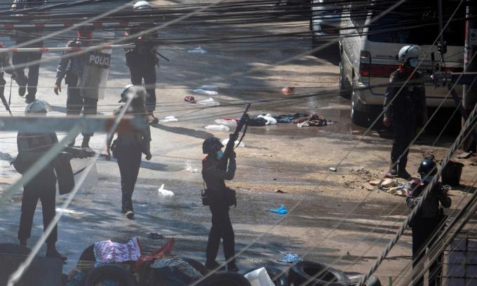 Lực lượng an ninh làm nhiệm vụ trong cuộc biểu tình chống đảo chính tại Yangon, Myanmar, hôm 4/3. Ảnh: Reuters.