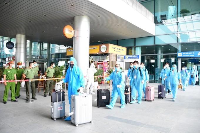 Hành khách xuống sân bay Cát Bi, TP Hải Phòng, tháng 7/2020. Ảnh: Giang Chinh