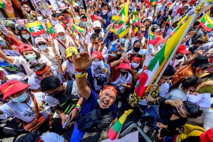 Lao động nhập cư Myanmar biểu tình trước văn phòng Liên Hợp Quốc ở Bangkok, Thái Lan hôm nay. Ảnh: AFP.