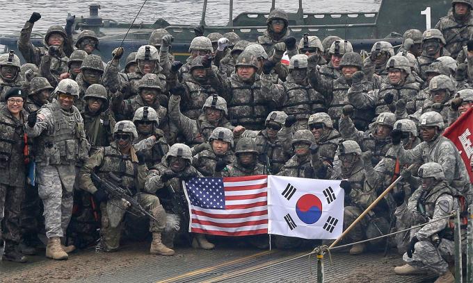 Binh sĩ Mỹ và Hàn Quốc chụp ảnh sau một cuộc diễn tập chung ở Yeoncheon, tháng 12/2015. Ảnh: AP.