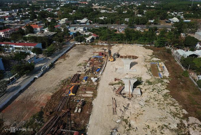 Vị trí xây cầu vượt quốc lộ 51 nhìn từ trên cao. Ảnh: Trường Hà.