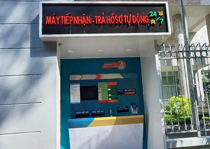 Máy tiếp nhận - trả hồ sơ tự động được đặt trước cổng UBND quận 6. Ảnh: Trung Sơn.