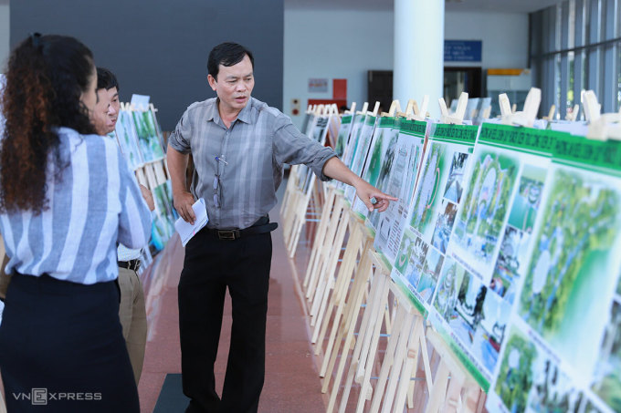 Người dân theo dõi một cuộc thi về thiết kế công viên trung tâm ở Đà Nẵng. Ảnh: Nguyễn Đông.