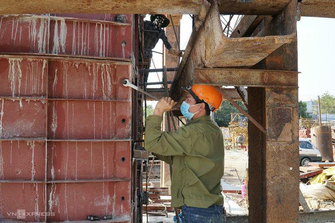Công nhân thi công trụ cầu vượt quốc lộ 51, một hạng mục trên tuyến 991B. Ảnh: Trường Hà.