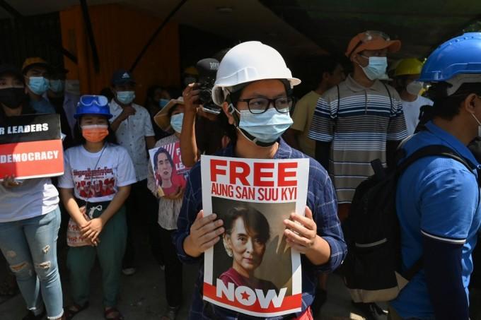 Đại sứ Myanmar tại Anh kêu gọi trả tự do cho Suu Kyi