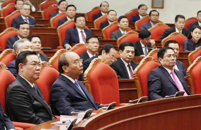 Hàng đầu từ trái qua: Bí thư Thành ủy Hà Nội Vương Đình Huệ, Thủ tướng Nguyễn Xuân Phúc, Trưởng ban Tổ chức Trung ương Phạm Minh Chính, tại hội nghị Trung ương 2 (khóa XIII), sáng 9/3. Ảnh: VGP