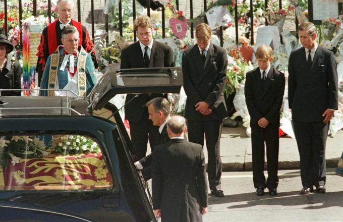 Hoàng tử Harry (thứ hai từ phải sang), 12 tuổi,  trong đám tang của mẹ năm 1997. Ảnh: Reuters