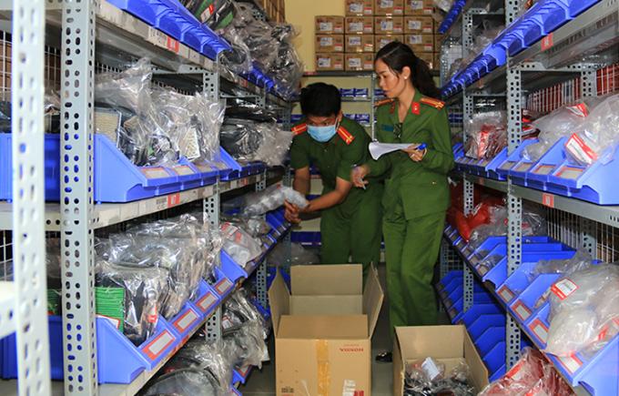 Công an khám xét kho hàng giả của Mãnh tại TP Châu Đốc ngày 2/3. Ảnh: An Phú