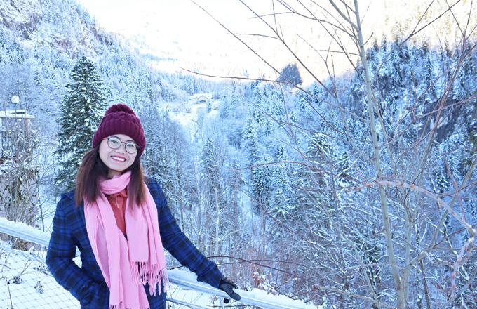 Trong chuyến công tác ở Áo năm 2018, Hoa được chiêm ngưỡng cảnh núi phủ đầy tuyết ở một ngôi làng nhỏ. Ảnh: NVCC.