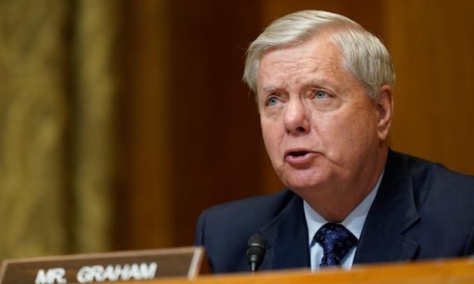 Thượng nghị sĩ Lindsey Graham tại Đồi Capitol hôm 25/2. Ảnh: Reuters.