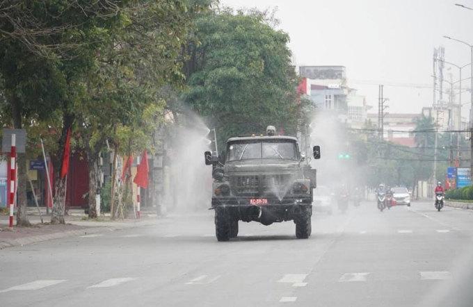 Bộ đội phòng hóa của Quân khu 3 phun khử trùng đường phố TP Hải Dương, tháng 2/2021. Ảnh: Thành Đông