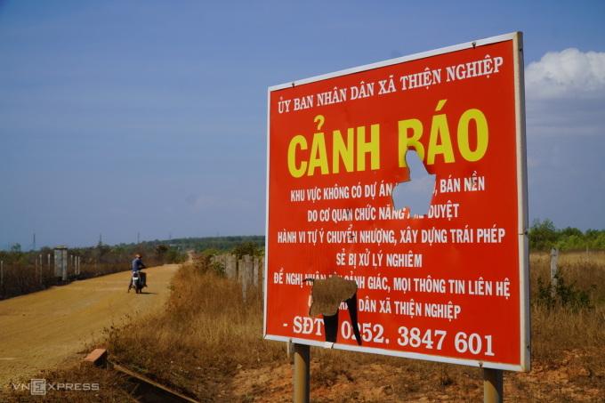 Một bảng cảnh báo của UBND xã Thiện Nghiệp gần khu đất nông nghiệp phân lô bán nền trái phép bị phá hoại. Ảnh: Việt Quốc.