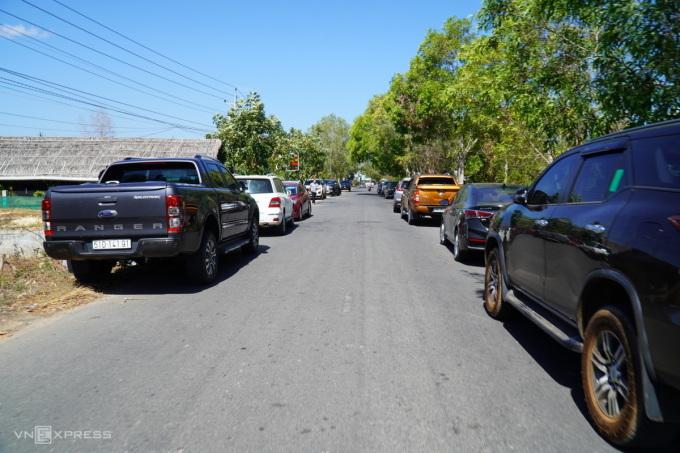 Xe ô tô từ khắp nơi đổ về xếp hai hàng dài ở trung tâm xã Thiện Nghiệp, sáng 10/3. Ảnh: Việt Quốc.