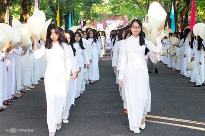 Nữ sinh trường THPT Hai Bà Trưng sẽ học môn nữ công gia chánh trong năm học 2021-2022. Ảnh: Võ Thạnh