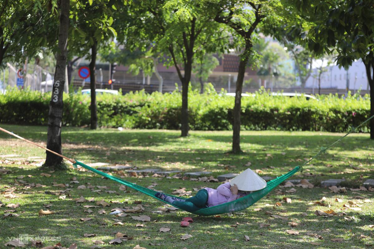 Người Sài Gòn chống tia cực tím ngày nắng nóng