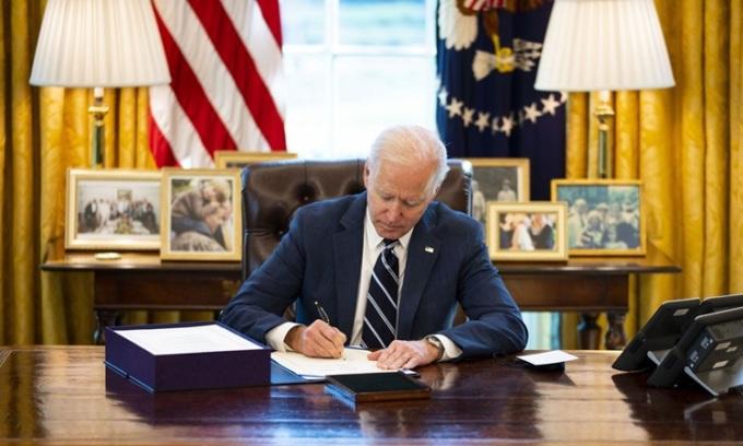 Tổng thống Mỹ Joe Biden ký luật cứu trợ tại Phòng Bầu dục, Nhà Trắng hôm 11/3. Ảnh: Reuters.