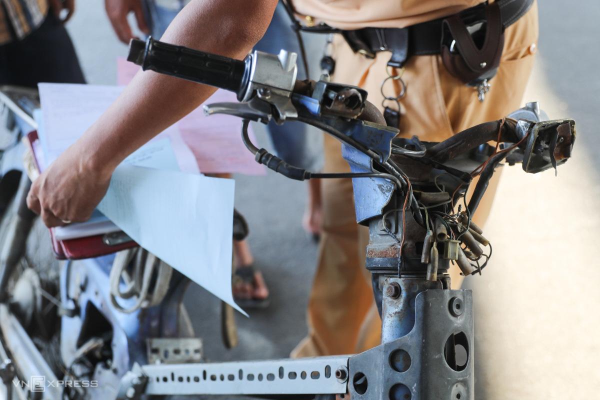 CSGT TP HCM ra quân xử phạt xe cũ nát