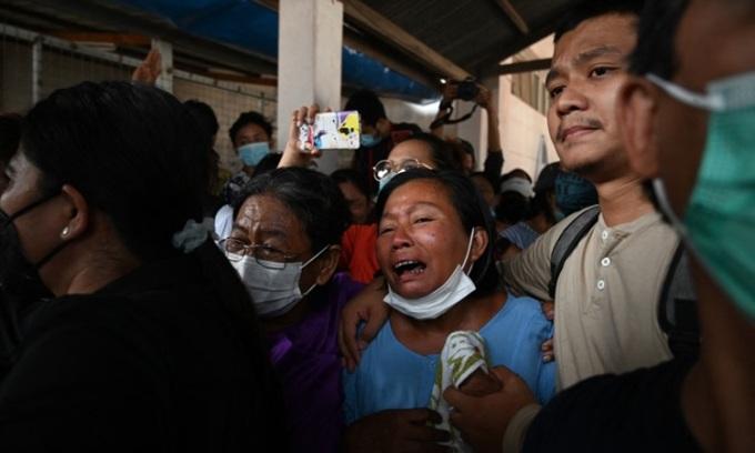 Người thân của người biểu tình bị bắn chết kêu khóc bên ngoài nhà xác Bệnh viện Thingangyun ở Yangon khi tới nhận thi thể hôm 15/3. Ảnh: AFP.