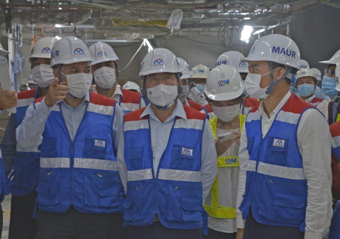 Chủ tịch UBND TP HCM Nguyễn Thành Phong (giữa) kiểm tra công trường ga Ba Son tuyến Metro Số 1, chiều 16/3. Ảnh: Gia Minh.