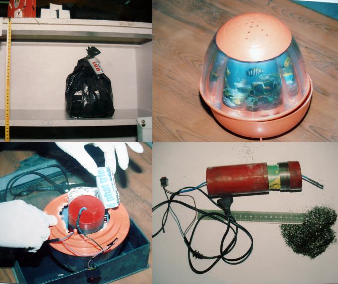 Bên trong túi màu đen là một chiếc đèn ngủ, tháo phần đáy đèn thấy một khối trụ kim loại màu đỏ với dây dẫn, được chèn cố định bởi 2 tờ rơi gấp lại, trong khối trụ có thuốc phóng. Ảnh: Phòng Kỹ thuật Hình sự Công TP HCM