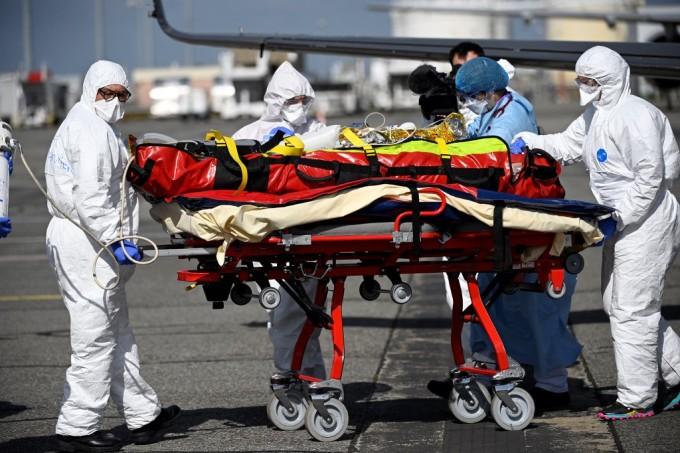 Nhân viên y tế di chuyển bệnh nhân bằng máy bay ở Nice do khu điều trị tích cực ở bệnh viện quá tải ngày 16/3. Ảnh: AFP.