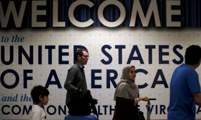 Khách quốc tế tại sân bay Dulles, Virginia, Mỹ, hồi tháng 6/2017. Ảnh: Reuters.